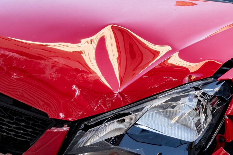 Mehrere Tausend Euro Schaden: Motorhaube und Dach von Seat eingedellt