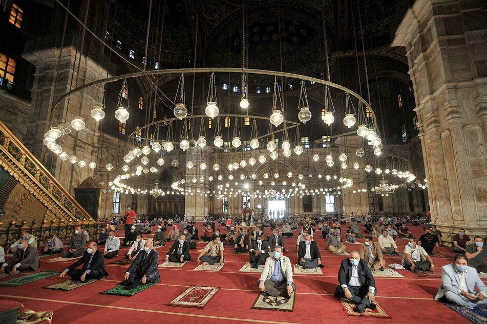 Gläubige beten mit Sicherheitsabstand beim Freitagsgebet in der Muhammad-Ali-Moschee in Kairo.