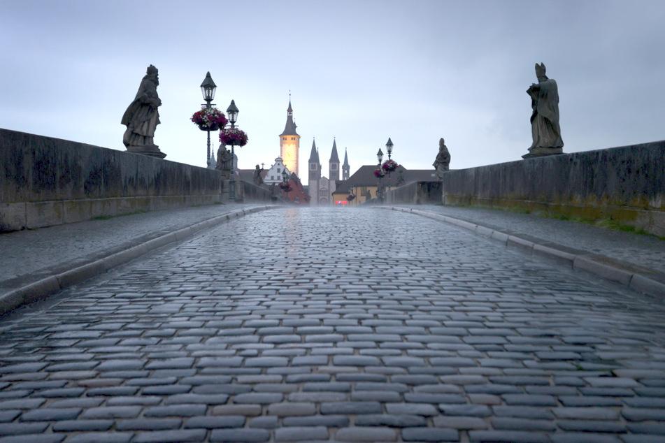 Die alte Mainbrücke gilt als ein Wahrzeichen der Stadt Würzburg.