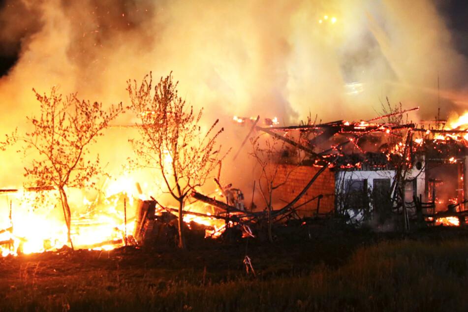 Nachthimmel hell erleuchtet: Maschinenhalle vollständig niedergebrannt