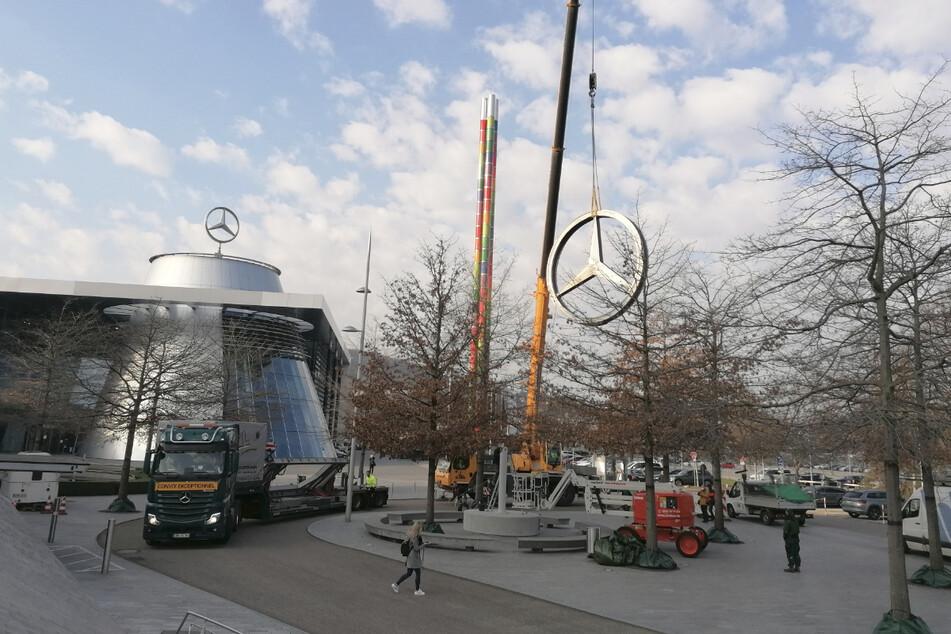 Der Mercedes-Stern wird mit einem Kran an seinen Zwischenlager-Platz gebracht.