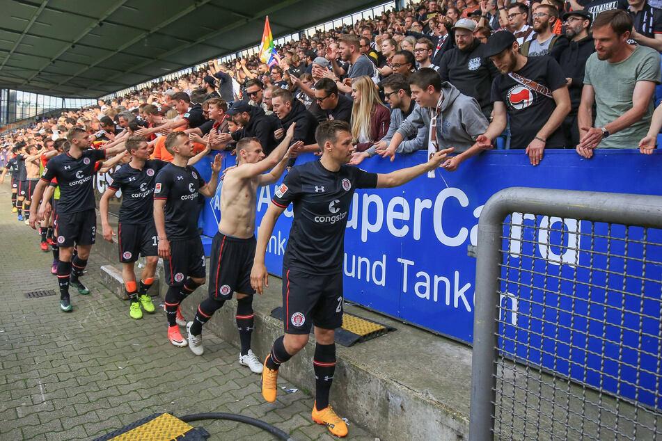 Das waren noch Zeiten, als Sörne Gonther (vorn, r.) erfolgreich beim Kiezclub kickte und mit den Pauli-Fans abklatschen durfte. Am Sonntag wird das Stadion am Millerntor leider leer bleiben.