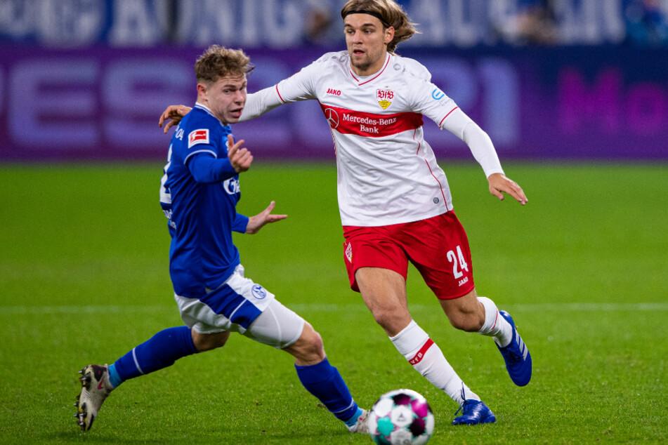 Stuttgarts Borna Sosa (r.) und Schalkes Kilian Ludewig kämpfen um den Ball.