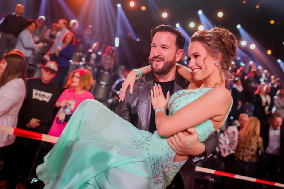 """Michael Wendler nimmt seine Freundin Laura Müller nach der letzten Folge """"Let's Dance"""" im Coloneum auf den Arm."""