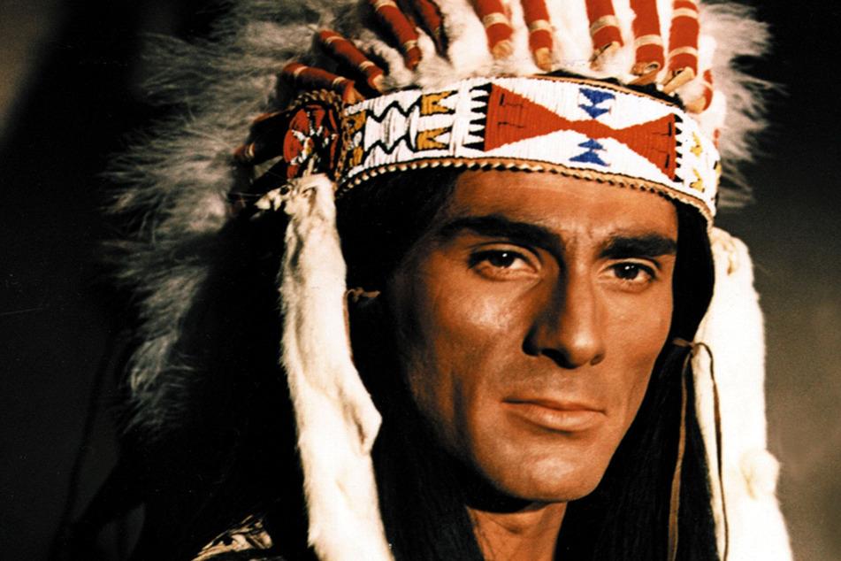 """Gojko Mitic spielte 1966 den Indianer-Häuptling Tokeiihto im DEFA-Film """"Die Söhne der großen Bärin""""."""