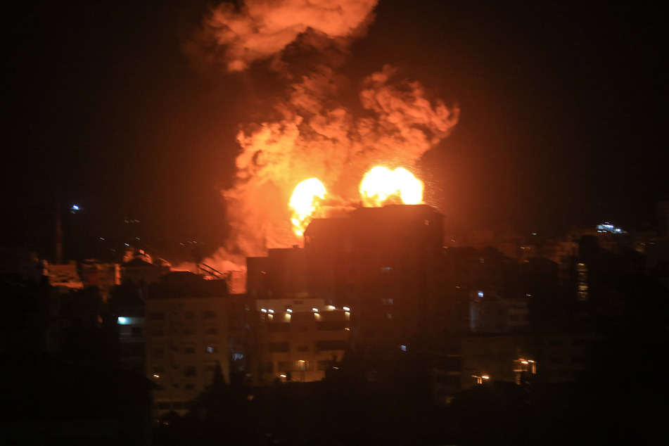 Während Luftangriffen in Gaza schlagen zwei Raketen in einem Hochhaus ein und führen zu Explosionen während der Nacht.