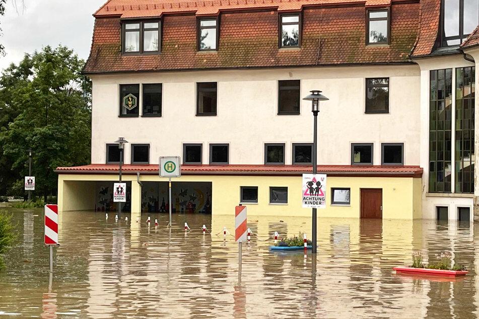 Heftige Unwetter haben am Dienstag in Bayern für überflutete Straßen und geflutete Keller gesorgt.