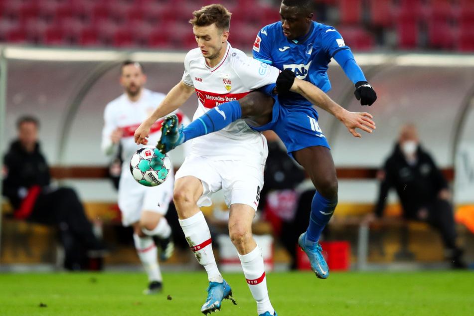 Stuttgarts Torjäger Sasa Kalajdzic (l.) und Hoffenheims Diadie Samassekou kämpfen um den Ball.
