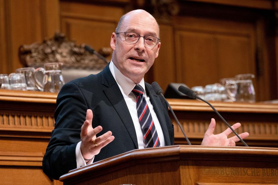 Hamburgs AfD-Fraktionschef Alexander Wolf hat das Infektionsschutzgesetzes des Bundes mit dem Ermächtigungsgesetz der Nationalsozialisten verglichen.