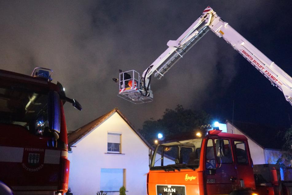 Die Löscharbeiten der Feuerwehr dauern auch am Mittwochmorgen noch an.
