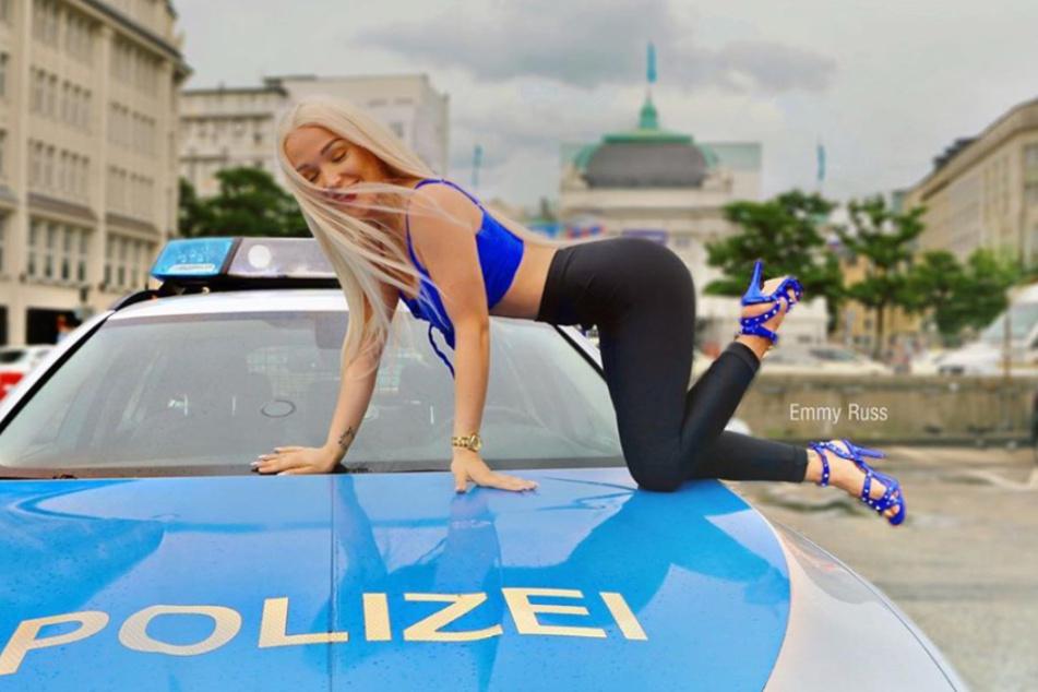 Nicht das erste Mal räkelt sich Emmy Russ (21) auf einem Polizeiauto.