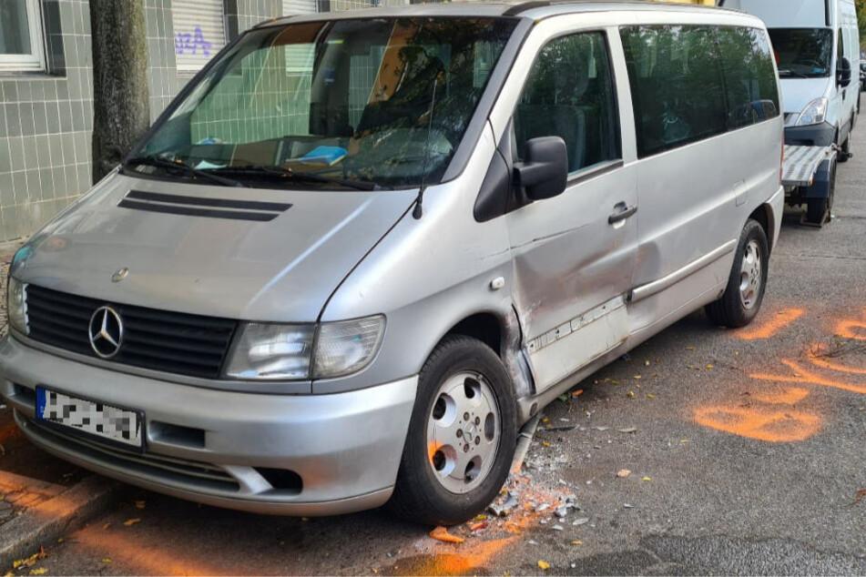Diesen Mercedes-Transporter soll der Fahrer des Unfallwagens gerammt haben, bevor er mit hoher Geschwindigkeit in das Heck des Busses gekracht ist.