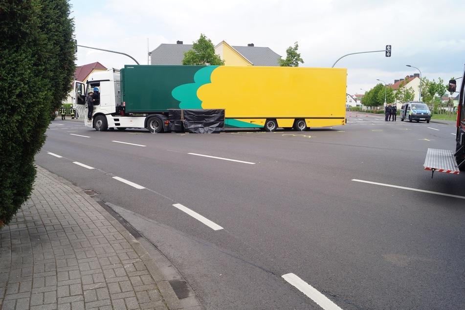 Der Lastwagen erfasste die Radfahrerin an der Thalheimer Straße beim Abbiegen.
