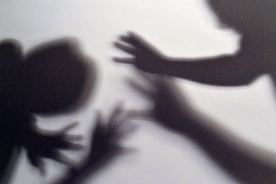 Betrunkener Vater schlägt seine Tochter (10) krankenhausreif