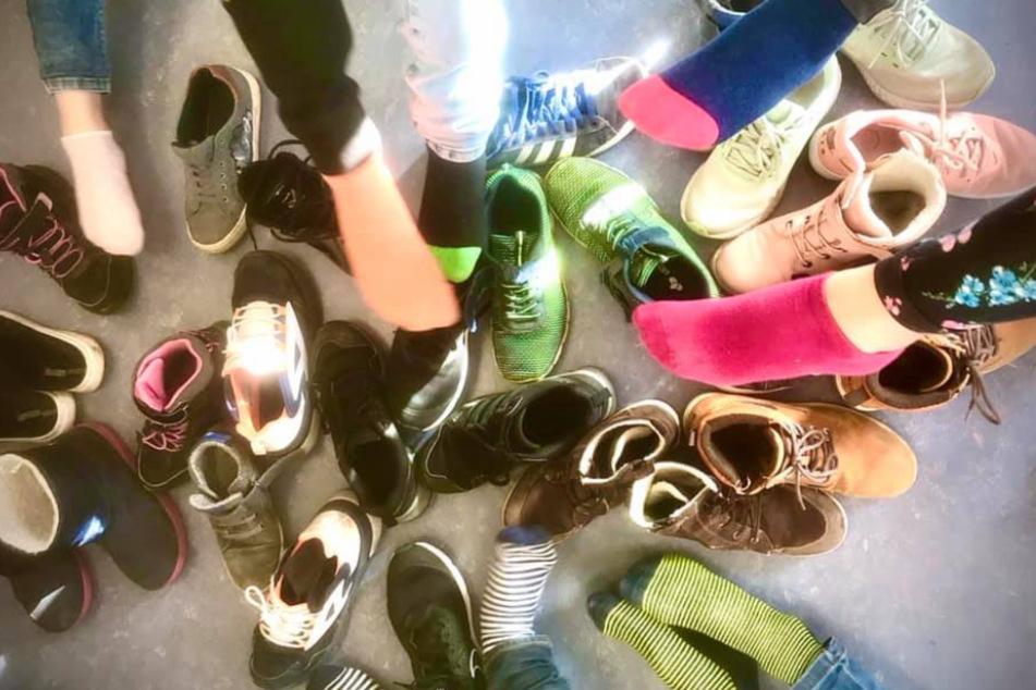 Dieses Foto geht um die Welt: Grundschüler aus Norddeutschland zeigen ihre Schuhe.