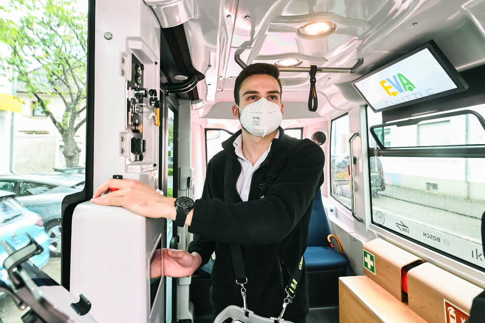 Der Sicherheitsfahrer an Bord des Minibusses kann im Notfall eingreifen.