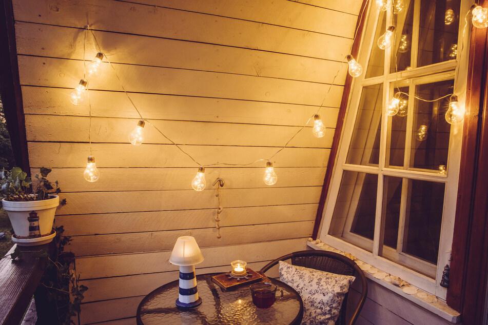 Lichterketten zaubern aus Mini-Balkonen kleine Wohfühloasen.