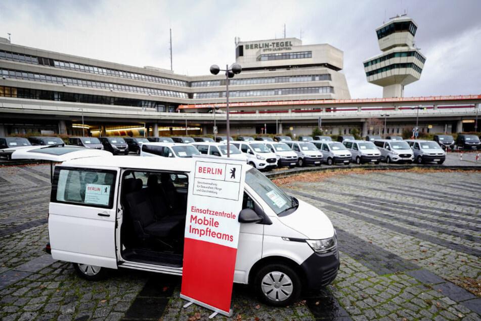 60 Fahrzeuge für die mobilen Corona-Impfteams stehen am ehemaligen Flughafen Tegel, der als Zentrale fungieren wird.