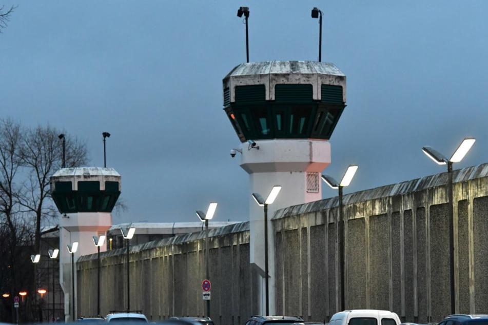 Blick auf die Gefängnismauer und zwei Wachtürme der Justizvollzugsanstalt (JVA) Plötzensee.