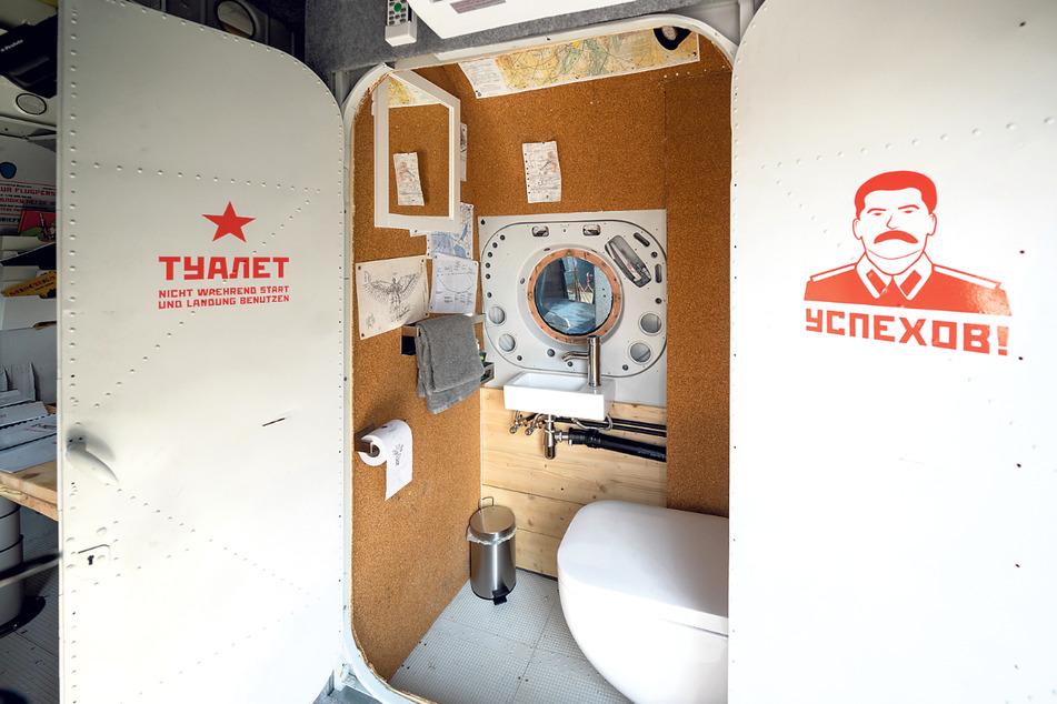 Unverkennbar, die Antonov war eine russische Maschine. Die Türen sind noch original. Die Toilette freilich neu.