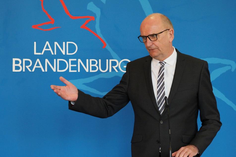 Dietmar Woidke (SPD), Ministerpräsident von Brandenburg, spricht während einer Pressekonferenz über die aktuelle Corona-Lage nach den Osterfeiertagen und die Organisation des Schulunterrichts nach den Osterferien.