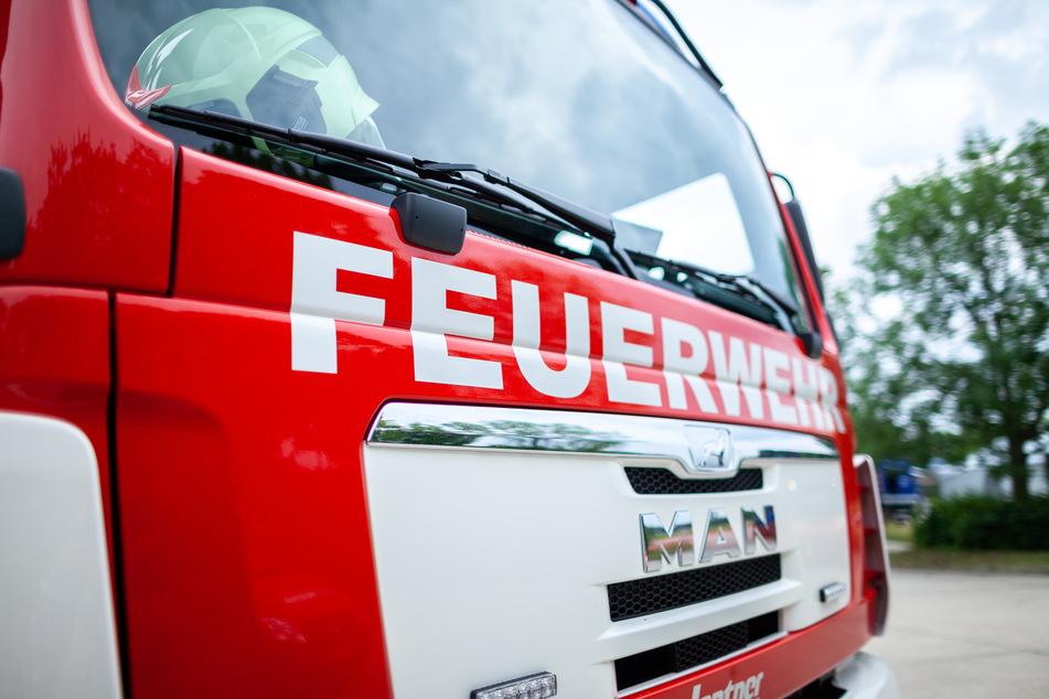 Gasgrill brennt lichterloh, Feuer droht auf Wohnung überzugreifen: zwei Verletzte