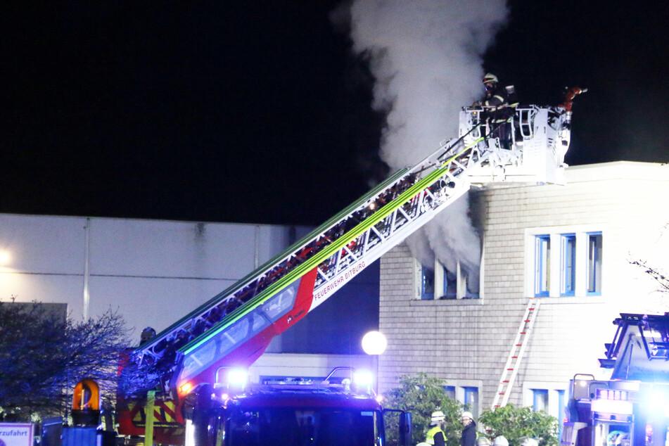 Mehrfamilienhaus gerät in der Nacht in Brand: Einsatzkräfte machen tragischen Fund