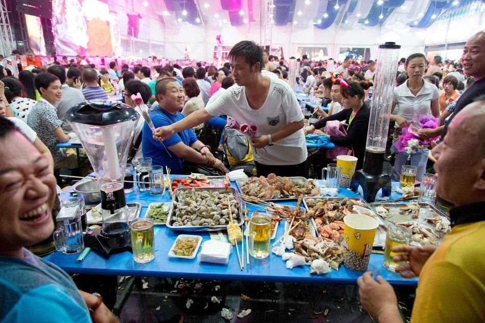 Meeresfrüchte liegen beim Oktoberfest im chinesischen Qingdao auf einem Tisch.