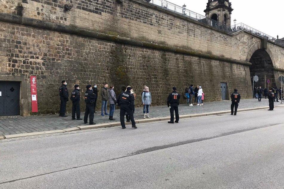 Die Polizei greift am Terrassenufer durch.