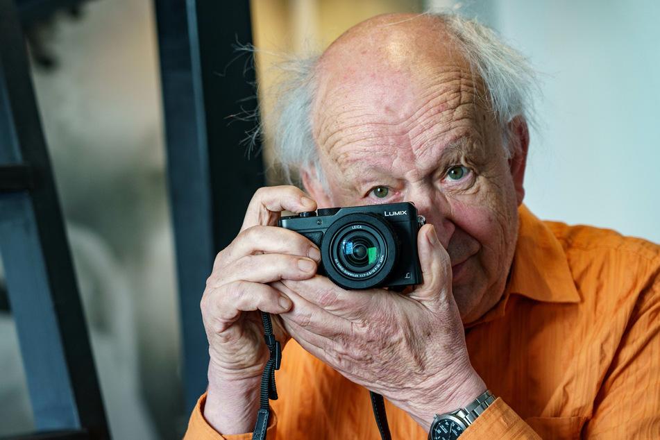 Günter Zint (79) sitzt in einem Hotelzimmer auf der Hamburger Reeperbahn mit seiner Kamera in den Händen. Am 27. Juni wird er 80 Jahre alt.