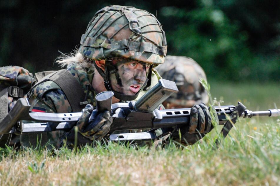 Mecklenburg-Vorpommern, Hagenow: Eine Soldatin des Panzergrenadierbataillon 401 nimmt an der Gefechtsausbildung teil.