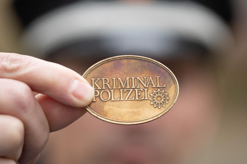 Ein Polizist mit einer echten Dienstmarke.