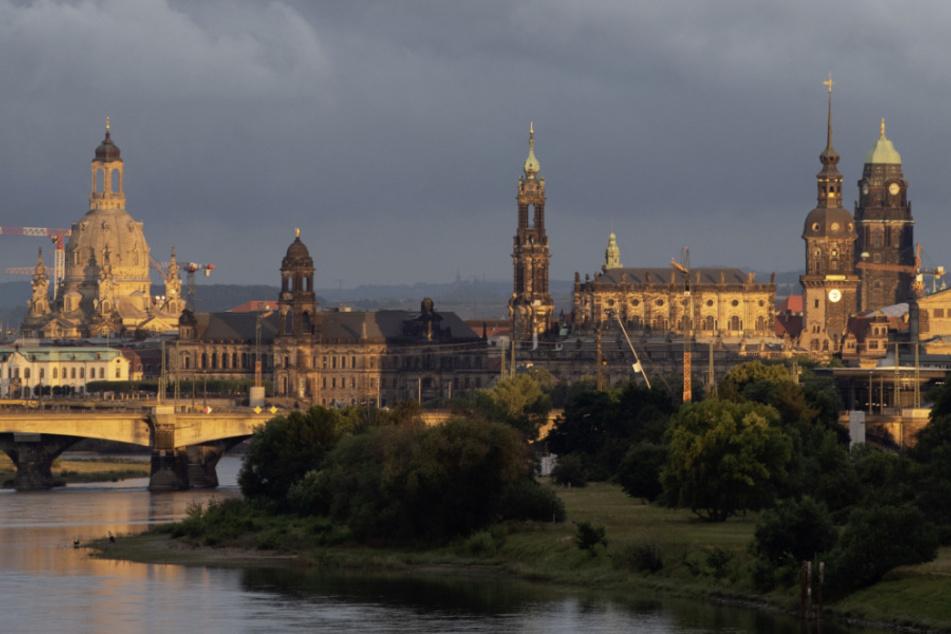 Die Kulisse der Dresdner Altstadt mit der Frauenkirche (l-r), dem Ständehaus, der Katholischen Hofkirche, dem Hausmannsturm und dem Rathausturm bei Sonnenuntergang.