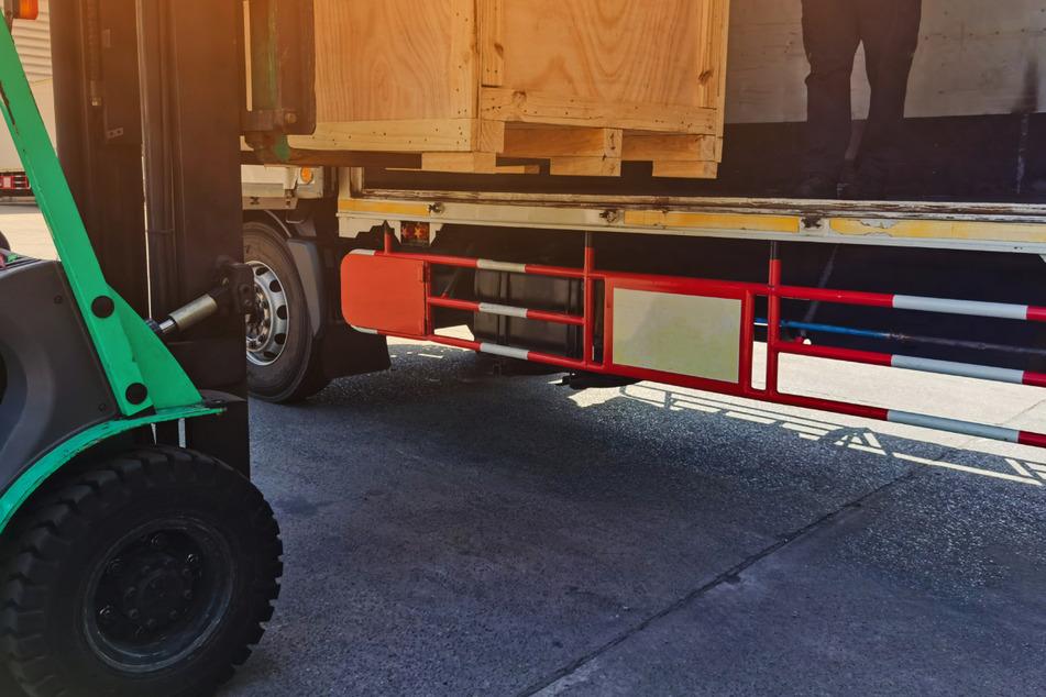 Tragischer Arbeitsunfall: Mann stirbt beim Beladen eines Lastwagens