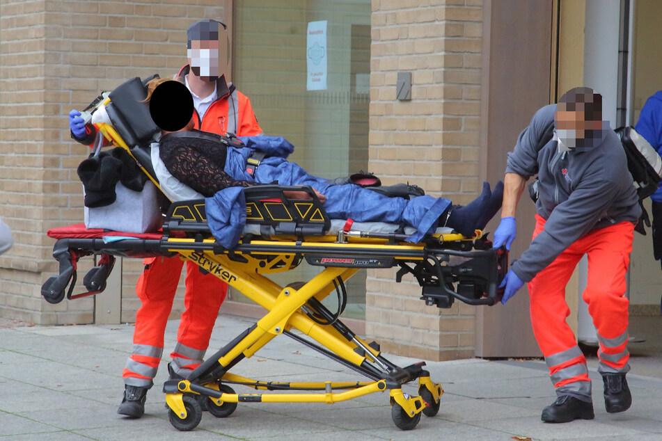 Rettungssanitäter nahmen die offenbar psychisch auffällige Frau mit in eine Klinik.