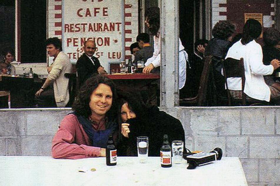 Mit seiner Lebensgefährtin, der US-Amerikanerin Pamela Courson, hatte Jim Morrison noch wenige gute Stunden in Paris - kurz vor seinem Tod.
