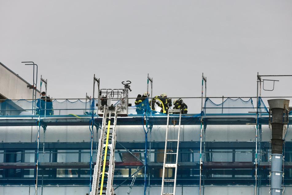 Langsam und vorsichtig mussten die Feuerwehrleute das Dach öffnen.