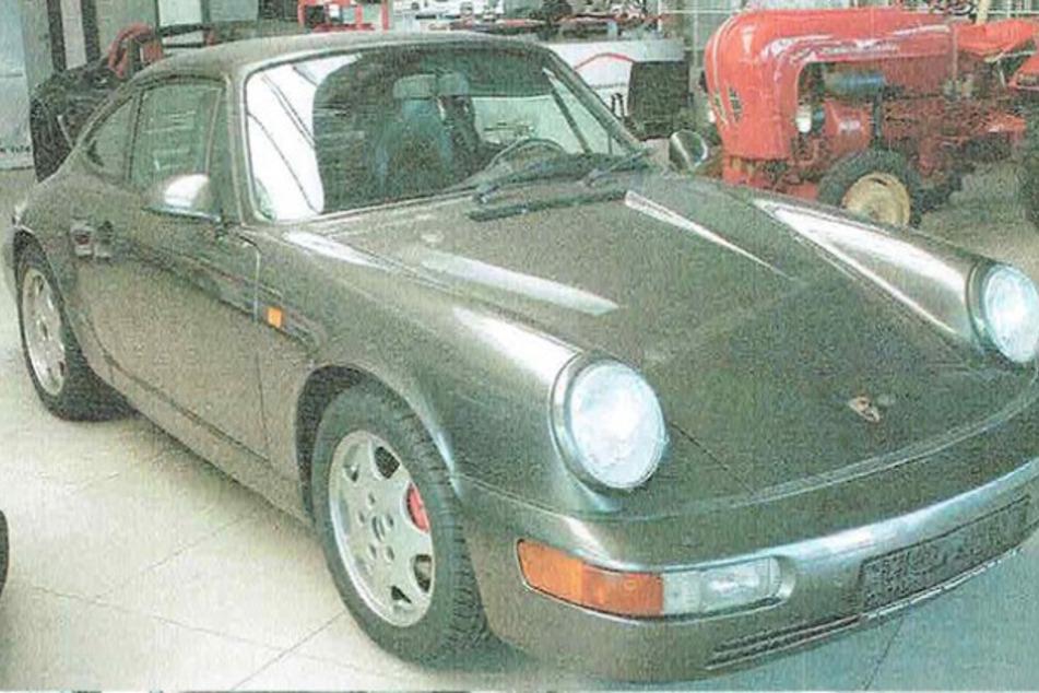Der Porsche 911 Carrera 2 hat das Baujahr 1993.