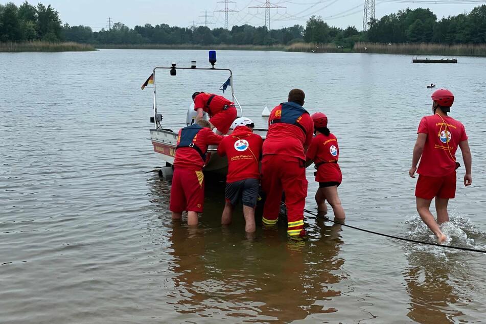 Die DLRG lässt ein Rettungsboot zu Wasser.
