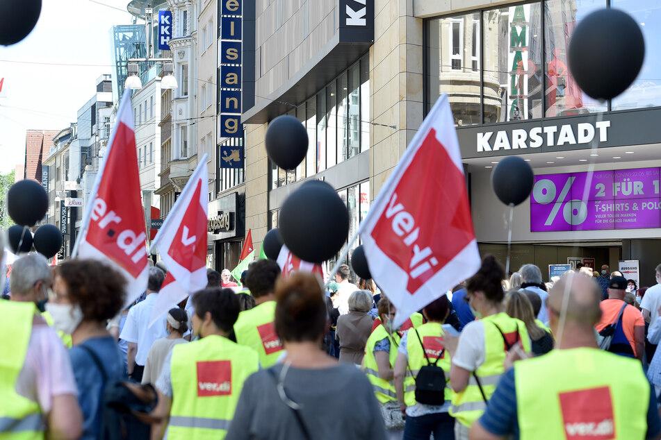 Betriebsräte von Galeria Karstadt Kaufhof und Karstadt Sports demonstrieren vor einer der zwei Filialen in der Innenstadt in Dortmund.
