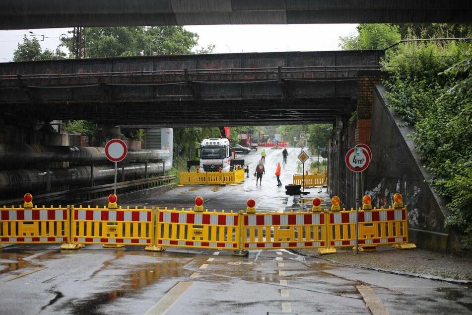Am Freitagnachmittag stieß ein beladener Lkw mit einer Brücke im Leipziger Osten zusammen.