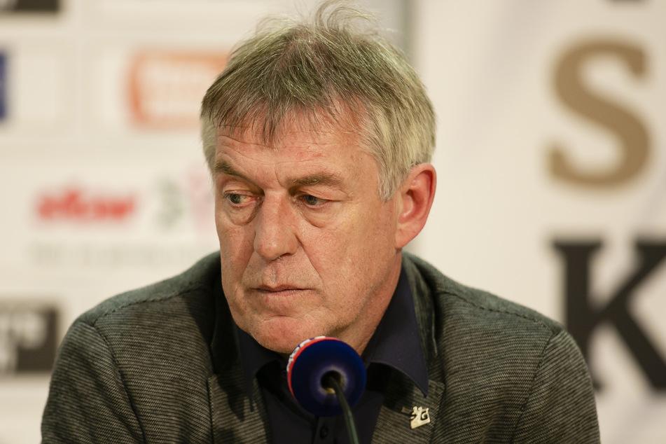 Der Flensburger Geschäftsführer, Dierk Schmäschke, sitzt vor einem Mikrofon.