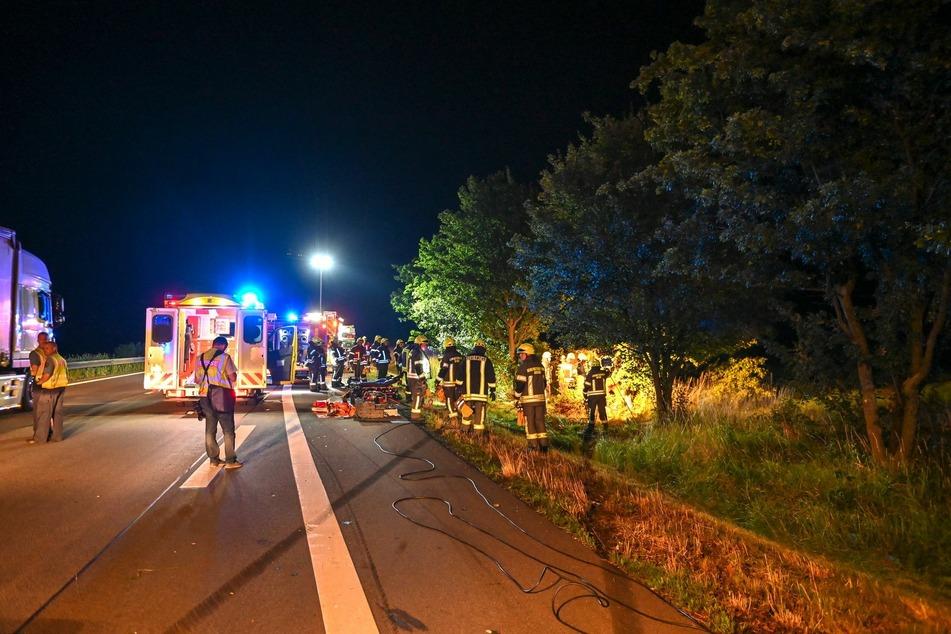 Blaulicht und eine Vielzahl an Rettungskräften am Unfallort: In der Nacht zu Mittwoch hatten diese allerhand zu tun.