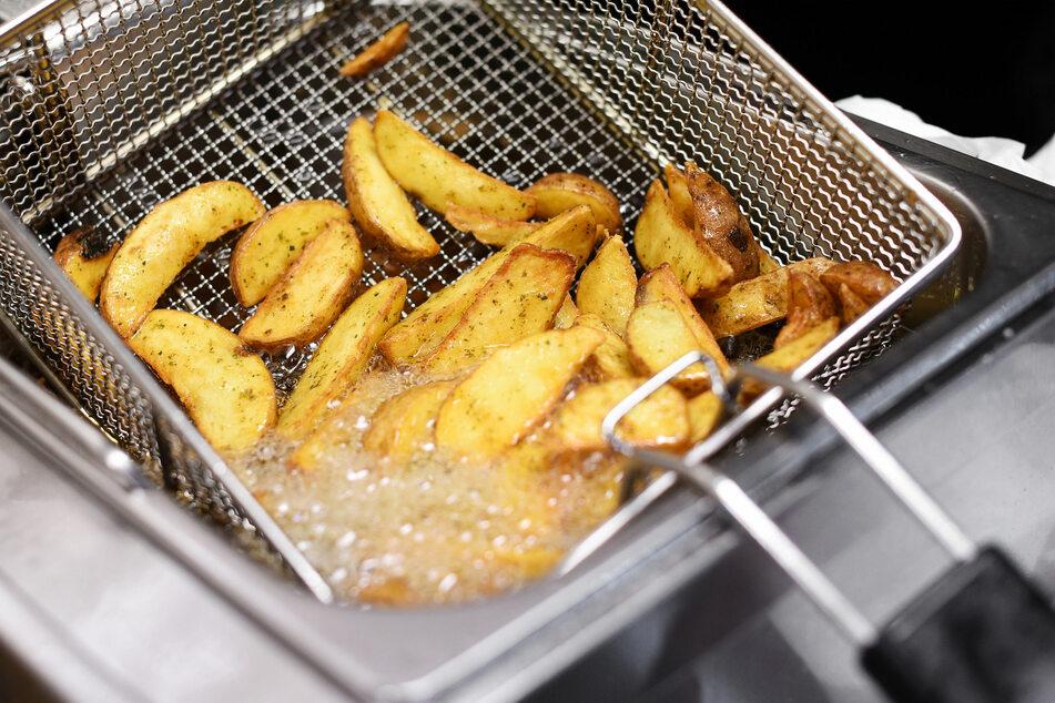 Eigentlich wollte Carol Oldfield (74) nur ein paar Kartoffeln frittieren. (Symbolbild)