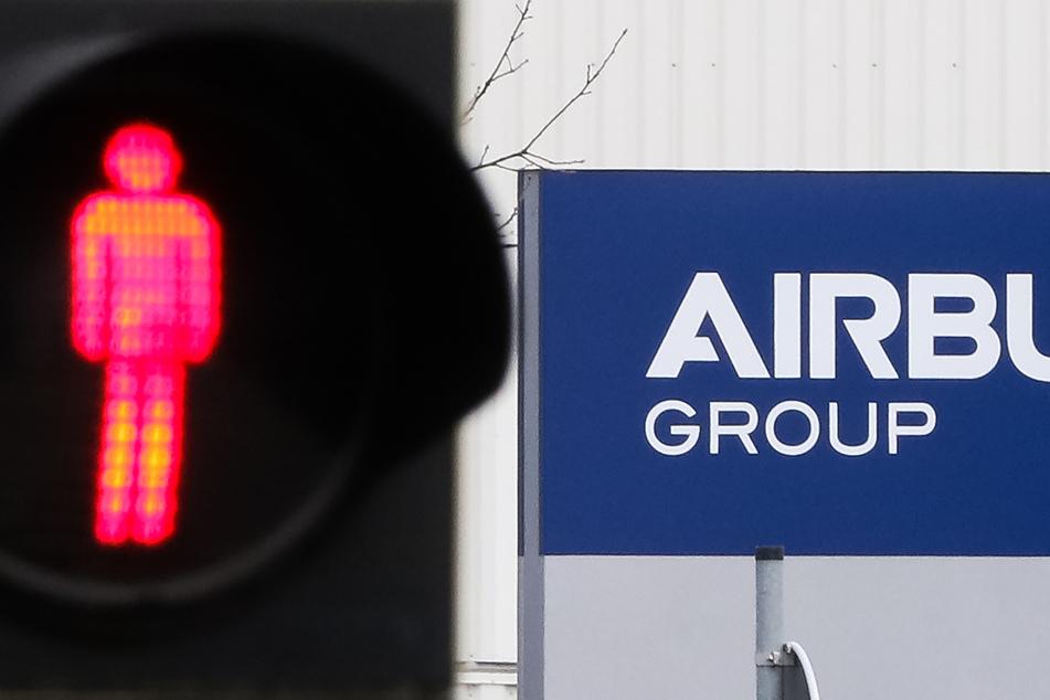 Die Corona-Krise hat den Luftfahrt- und Rüstungskonzern Airbus im zweiten Quartal tief in die roten Zahlen gerissen.