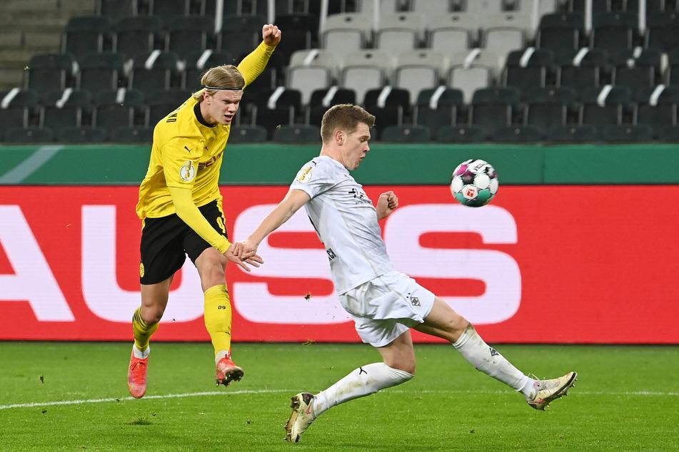 Bereits in der vergangenen Saison traf BVB-Angreifer Erling Haaland (21, l.) mehrfach gegen Gladbach. Hier versuchte er den Ball an Matthias Ginter (27) vorbei zu bekommen.