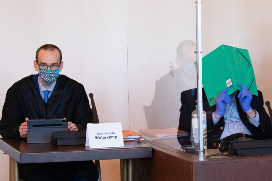 Bruno D. (rechts) sitzt neben seinem Verteidiger Stefan Waterkamp.