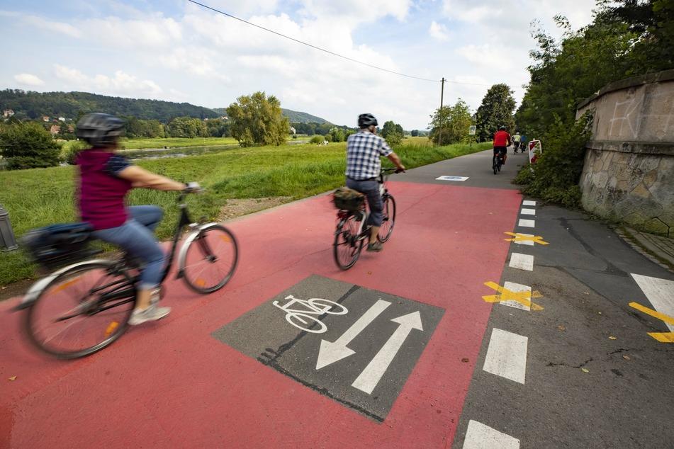 Am Kleinzschachwitzer Ufer entsteht Dresdens erste Fahrradstraße. Sie wird am Freitag eröffnet, aber bereits jetzt genutzt.
