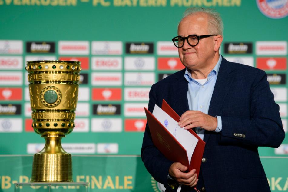 DFB-Präsident Fritz Keller (63) neben dem DFB-Pokal.