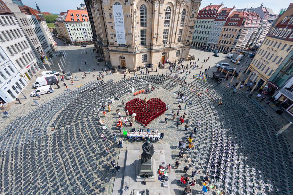Vor der Frauenkirche wurden erneut Stühle aufgestellt. Diesmal auch ein Herz.